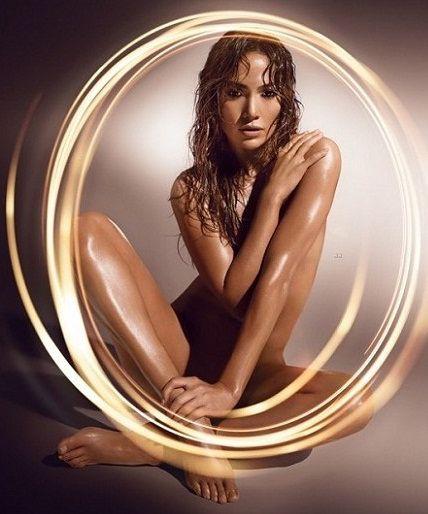 Simone Sampaio posa nua em foto inspirada em Jeniffer Lopez