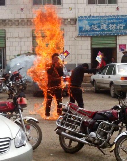 Tibetanos ateiam fogo em si mesmos durante protesto na China