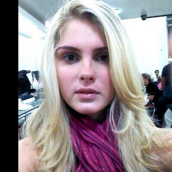 Bárbara Evans clareia cabelo e posta foto no Twitter