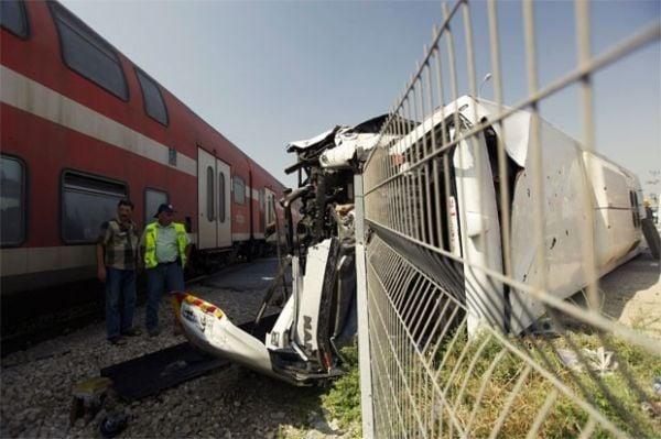 Dez pessoas se ferem em batida entre ônibus e trem em Israel