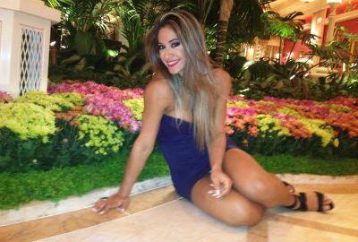 Mayra Cardi posa de perna de fora em cassino de Las Vegas: