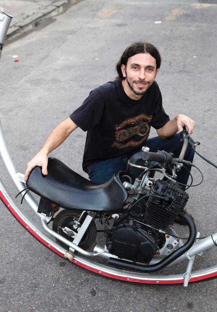 Mecânico cria réplica de monociclo do filme ?Homens de preto 3?