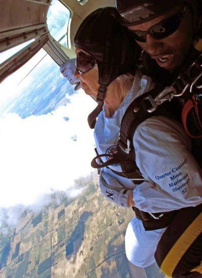 Bisavós de 80 anos pulam de paraquedas nos EUA