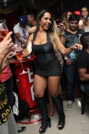 Mulher Melão usa vestido curtíssimo em evento com ex-BBBs