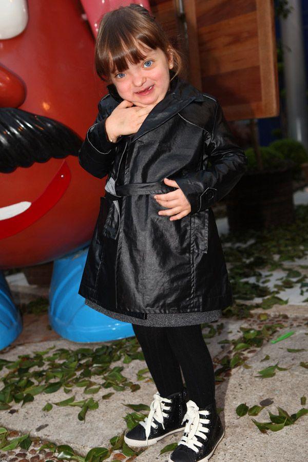 Rafaella Justus rouba a cena em festa e beija filho de Otávio Mesquita