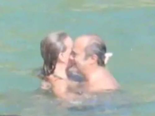 Após fotos com mulher em praia, Papa aceita renúncia de bispo
