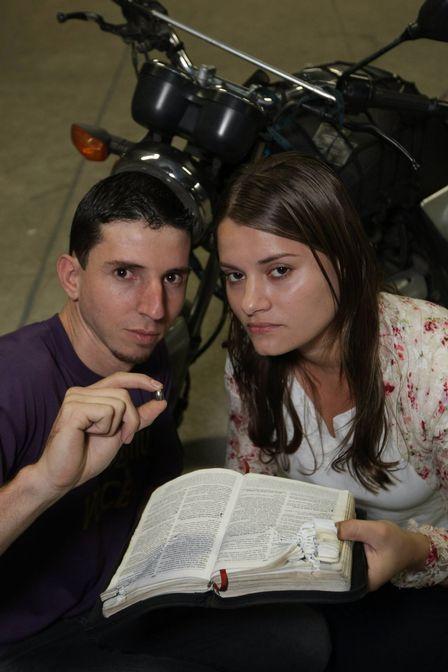 Bíblia interrompe caminho de projétil e salva a vida de mulher