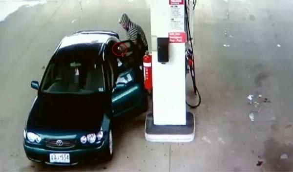 Jovem põe fogo no carro ao brincar com isqueiro durante abastecimento