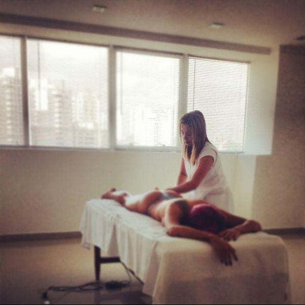 Panicat Thais Bianca põe fio dental para fazer massagem (e posta foto)