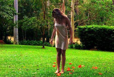Só de jaqueta, Mari Paraíba posa na floresta para