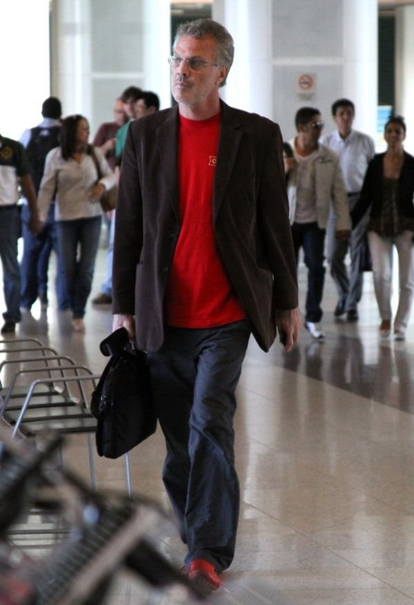 Vaidoso, Pedro Bial combina camisa com sapato para viajar