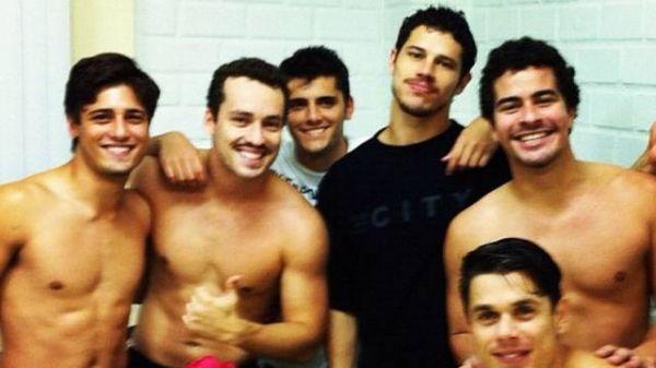 Depois de jogo, galãs da Globo exibem músculos e