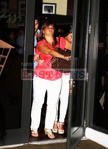 Familiares protegem namorada de Messi na saída de restaurante