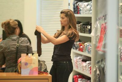 Já em forma, Grazi Massafera compra roupas para a filha no Rio