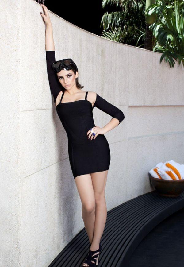 Mulher de Kaká, a cantora Carol Celico faz pose e cara sensual em ensaio