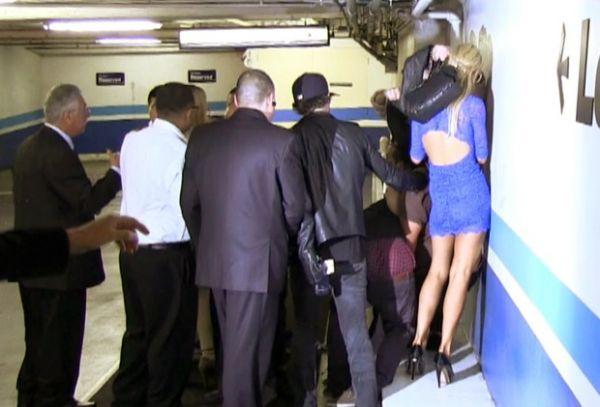 Paris Hilton agride fotógrafo após curtir noitada em boate