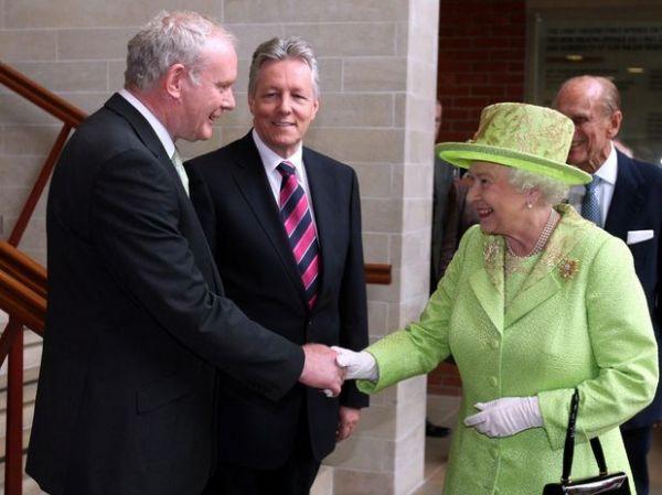 Rainha e ex-líder do IRA celebram paz com aperto de mãos histórico