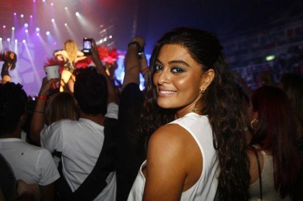 Juliana Paes dança até o chão em show de Jennifer Lopez
