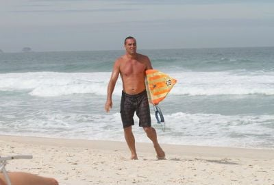 Quarentão, Paulo Zulu mostra sua boa forma em dia de surf