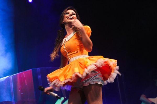 Paula Fernandes faz show vestida de caipira sexy