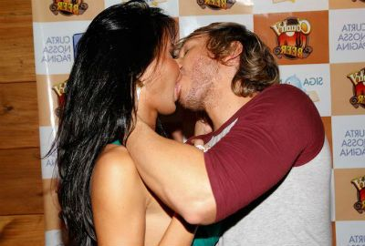 Repórter leva beijaço de Lorena Bueri em lançamento de revista