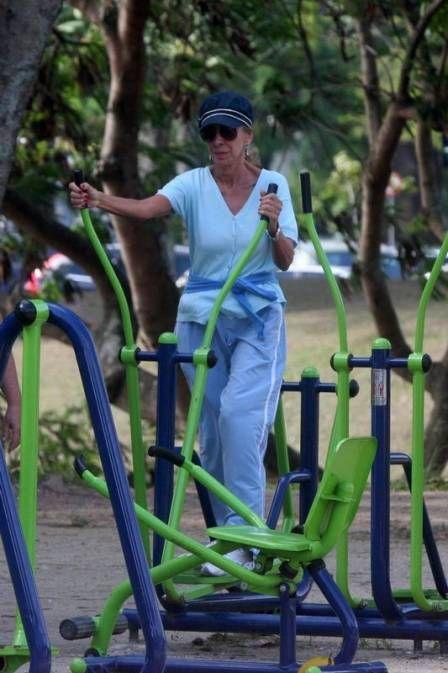 Nada de luxo! Marília Pêra se exercita nas academias de pracinha da prefeitura