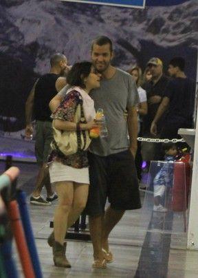Alessandra Negrini circula com novo namorado no Rio