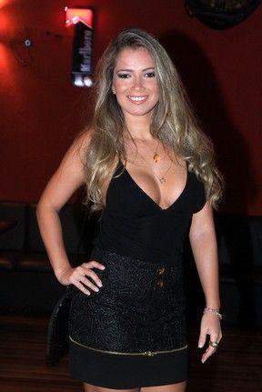 Decotada, ex-BBB Fani curte a noite carioca