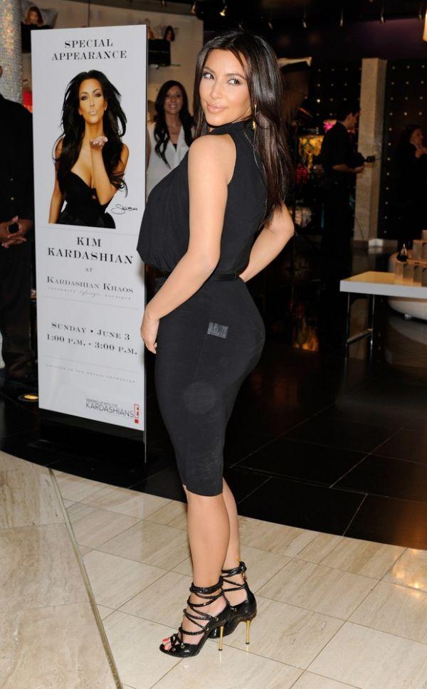 Kim Kardashian circula com etiqueta de preço na roupa e paga mico