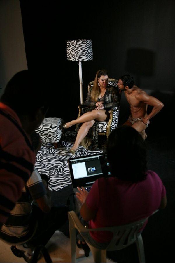 Preta Gil grava clipe com saradão usando sunga de oncinha