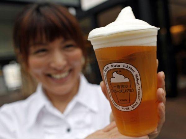 Cervejaria japonesa lança chope com espuma congelada para driblar calor