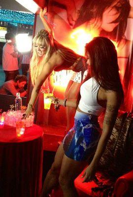 Juju Salimeni e Aline Riscado abusam da sensualidade em campanha