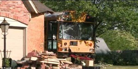 Motorista perde controle e bate ônibus escolar em uma casa