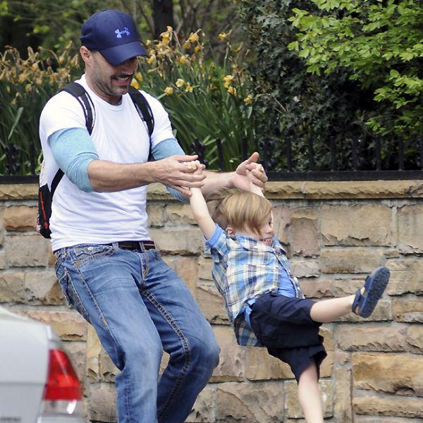 Ricky Martin se diverte com os filhos gêmeos em Nova York