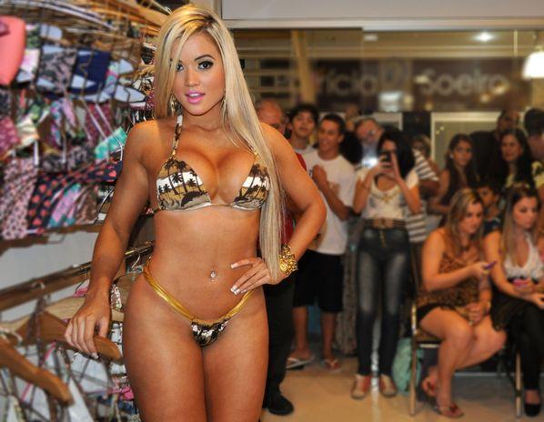 Aryane Steinkopf veste biquíni em inauguação de loja e deixa marmanjos babando