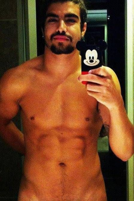 Caio Castro tira foto com celular do Mickey e revela quase tudo