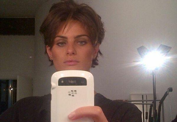 Isabeli Fontana aparece de cabelos curtos em foto