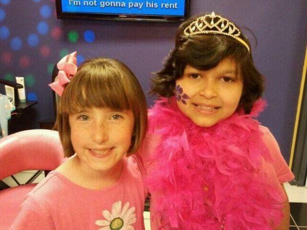 Menina doa o próprio cabelo para amiga com câncer