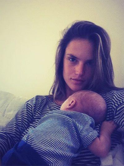 Alessandra Ambrósio faz clique fofo de visual