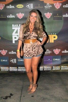 De shortinho jeans e decotão, ex-BBB Fani curte a noite carioca