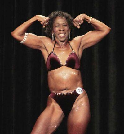 Americana de 77 anos é fisiculturista profissional mais velha do mundo