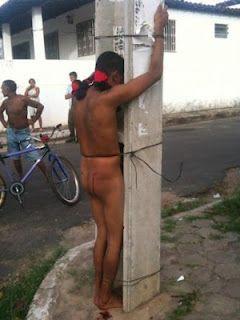 Ladrão é amarrado por moradores nu em poste, no MA