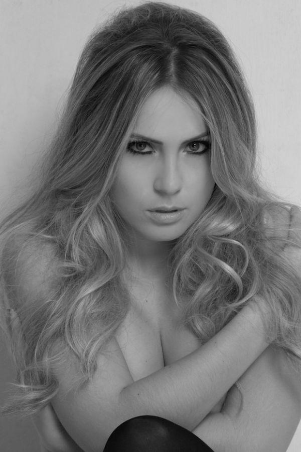 Ex-BBB Renatinha faz sessão de fotos inspirada em Brigitte Bardot
