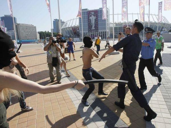 Feministas e policiais entram em choque antes da final da Euro