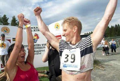 Finlândia sedia torneio mundial de corrida carregando esposas