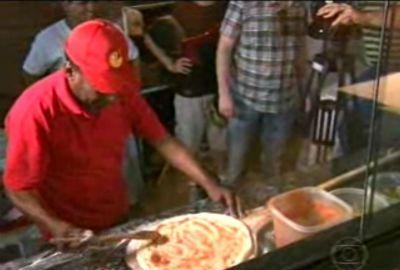 Pelé entrega pizzas e visita torcedores do Santos