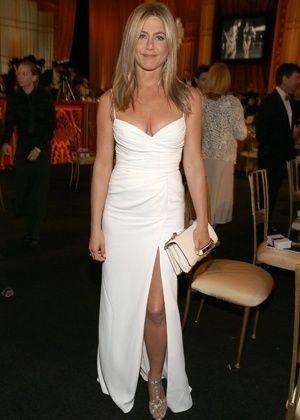 Com vestido branco, Aniston é eleita a mais bem-vestida de junho