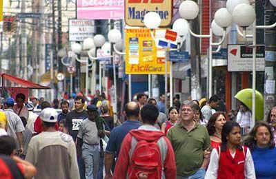 Em crise, vendas no comércio têm queda de 0,8% em maio, diz IBGE
