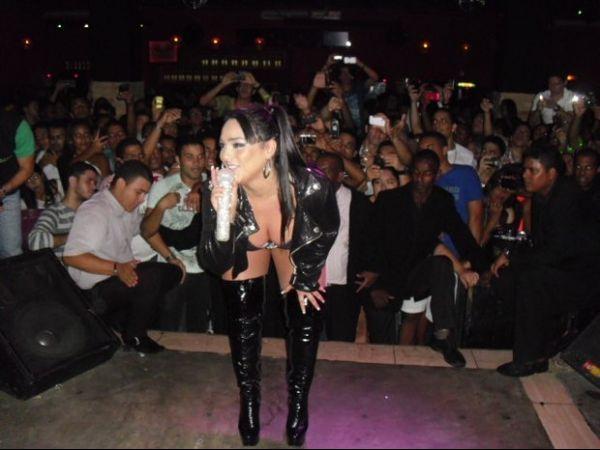 Mulher Melancia simula strip-tease em show no Recife