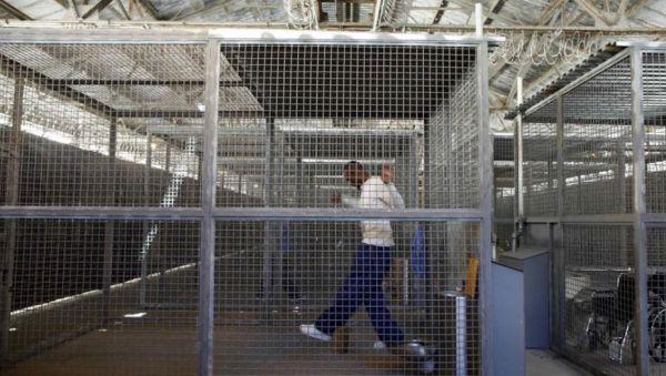 Presídio californiano usa jaula para terapias e até câmara de gás